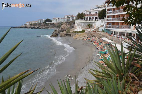 Playa La Caletilla, junto al Balcón de Nerja