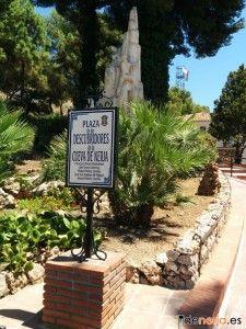 Monumento en honor a los descubridores de las Cuevas de Nerja