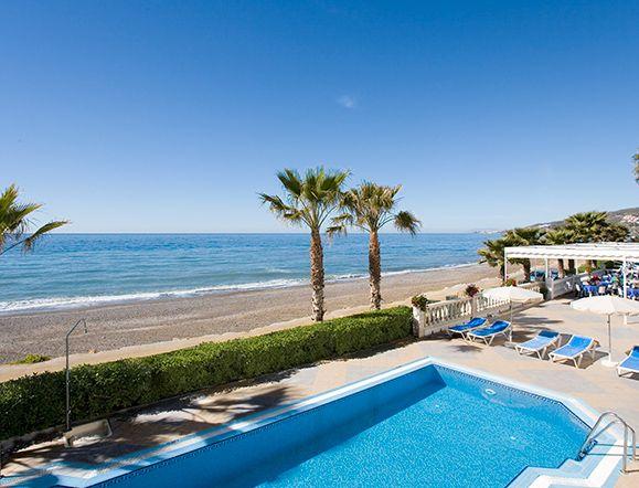 Piscina del Hotel Perla Marina en primera línea de playa