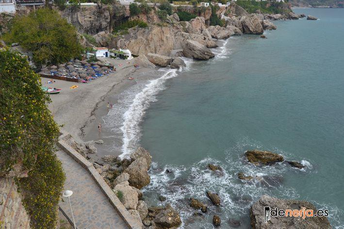 Bonita cala de Nerja, playa Calahonda