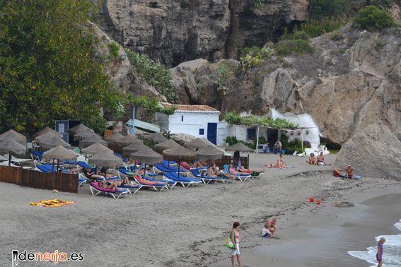 Casas-cuevas de pescadores en la playa junto al Balcón de Europa