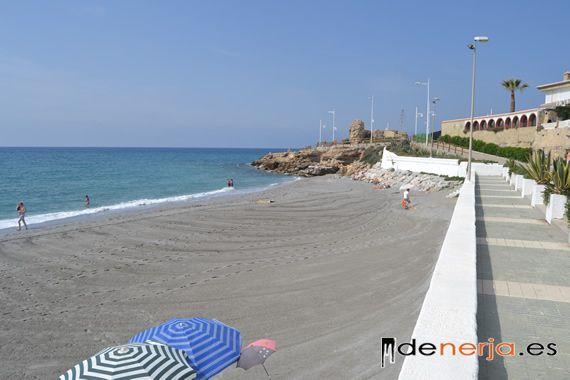 Playa de La Torrecilla con las ruinas de la antigua torre al fondo
