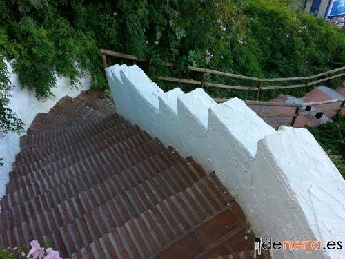 Escalera que baja a la playa de Carabeo en Nerja