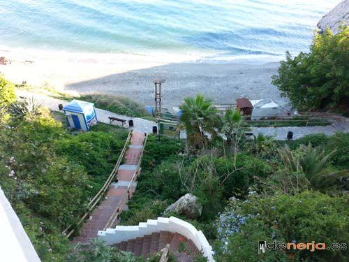 Playa y escalera de Carabeo